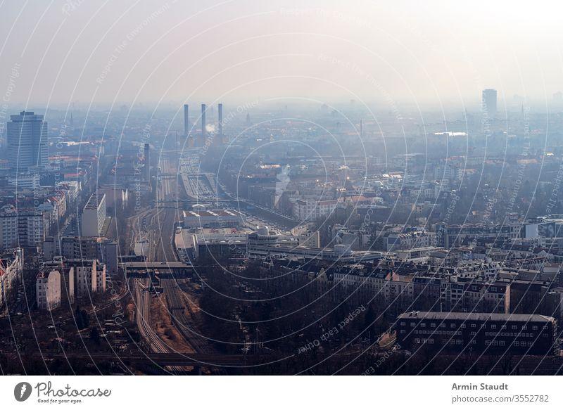 neblige Skyline von Berlin mit Autobahn Antenne Luftaufnahme Air Architektur Anziehungskraft Gebäude Großstadt Ausflugsziel Staubwischen leer Europa Europäer