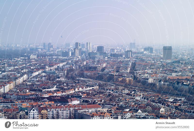 Panorama von Berlin, an einem dunstigen Tag Antenne Luftaufnahme Architektur Anziehungskraft Luftballon Gebäude Großstadt Ausflugsziel Staubwischen leer Europa