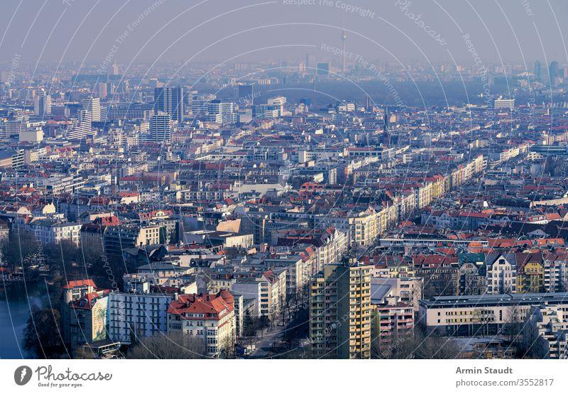 Luftbildpanorama von Berlin an einem nebligen Tag Skyline Straße Luftaufnahme Architektur Anziehungskraft Gebäude Antenne Großstadt Ausflugsziel Staubwischen