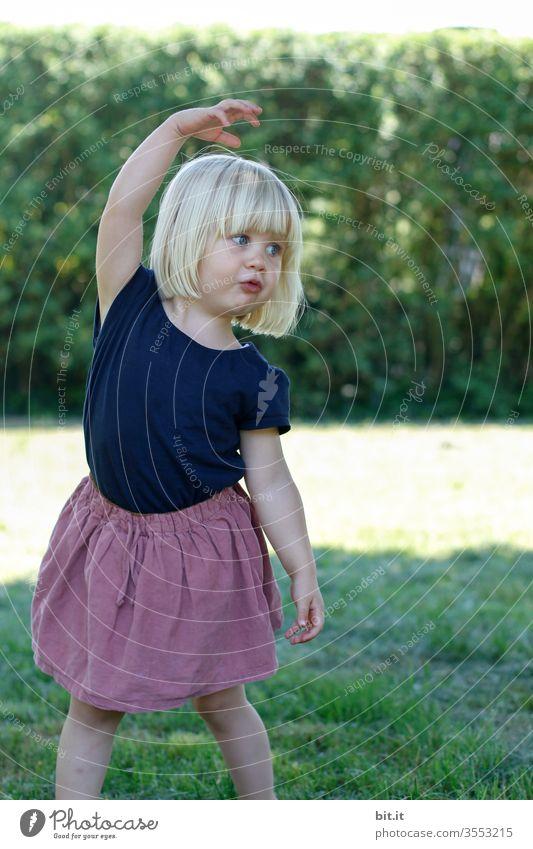 Position Ecarte Mädchen Kind klein Kleinkind Freude Spielen Kindheit niedlich Glück Aktion Bildung Kindergarten 1 Bewegung Ballerina Ballett Tanzen Ausdruck