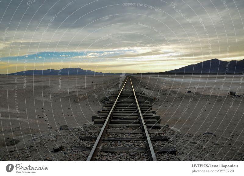 Überquerung der Eisenbahnschienen, früh morgens dürr Wolken Textfreiraum Tag Tageslicht Expedition erkunden Hohe Höhenlage Land Landschaft Licht Linie