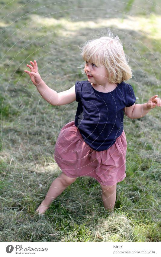 I tanz a Liad für di, willma. Mädchen Kind niedlich süß Glück Kleinkind Kindheit Spielen Tanzen Mimik Körperhaltung musikalisch Fröhlichkeit Freude heiter schön