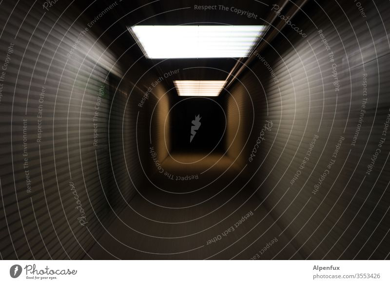 Tunnelblick | wörtlich genommen Licht Menschenleer Zentralperspektive Schatten dunkel Farbfoto Einsamkeit Angst bedrohlich gefährlich Panik Beleuchtung schwarz