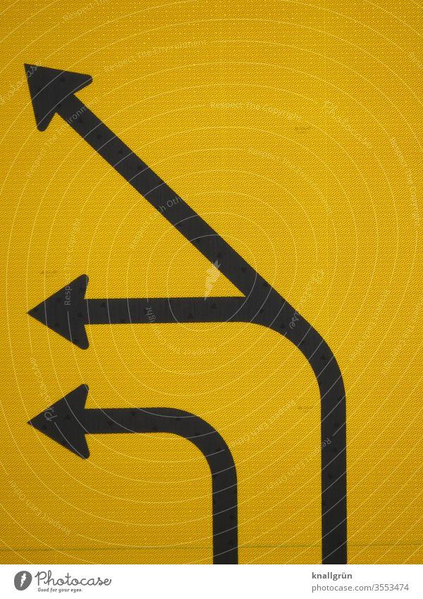 Teilansicht einer Verkehrsführung, drei schwarze Richtungspfeile, nach links zeigend, auf gelbem Hintergrund Schilder & Markierungen Verkehrsschild Pfeil