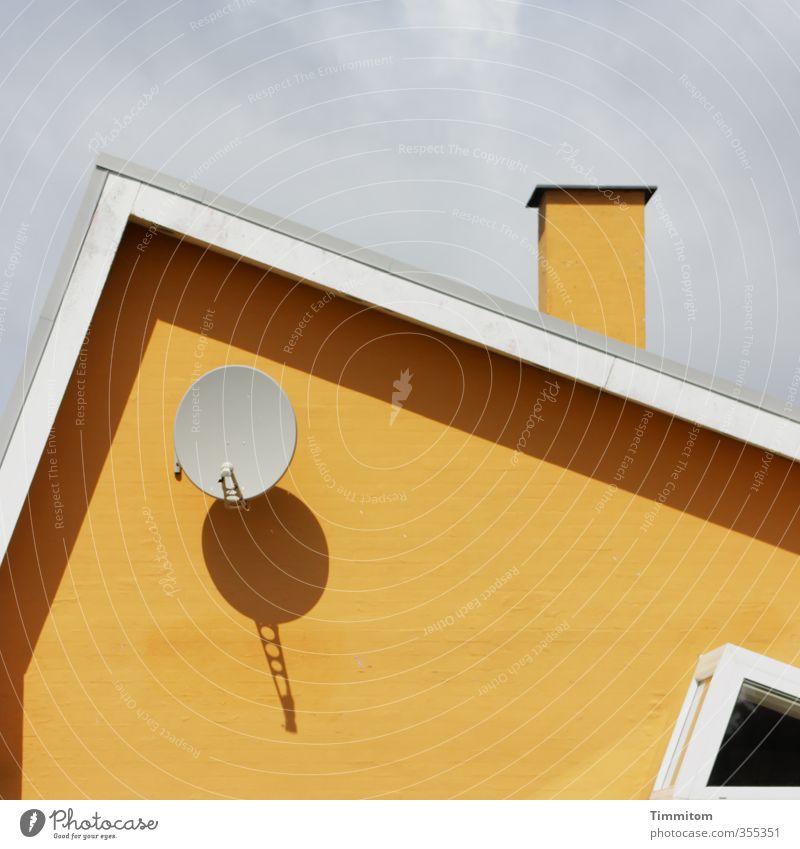 Gestaltung. Ferien & Urlaub & Reisen Satellitenantenne Himmel Wolken Dänemark Haus Architektur Ferienhaus Mauer Wand Fenster Dach Schornstein ästhetisch eckig