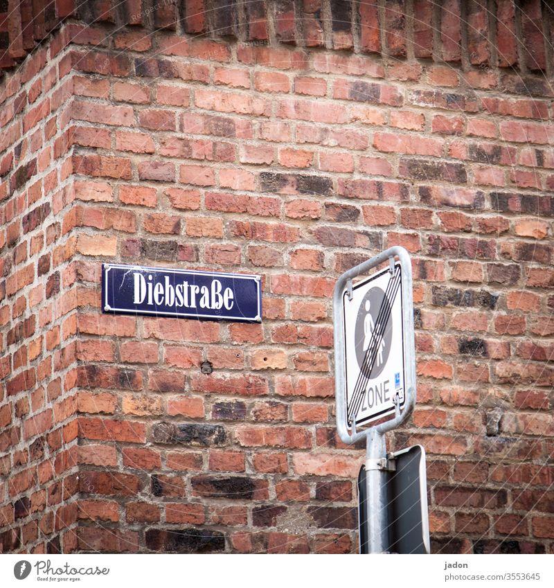 sicherheitshinweis. Strassenschild Straßennamenschild Schilder & Markierungen Wand Mauer rot Hinweisschild Warnschild Menschenleer Verkehrszeichen Diebstahl