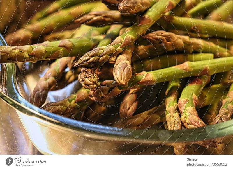 grüne Spargelspitzen grüner Spargel Frühlingsessen gesund Gemüse Frühlingsgemüse Vegetarische Ernährung Spargelzeit Gesunde Ernährung Lebensmittel Bioprodukte