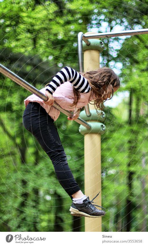 Mädchen an der Turnstange Waldspielplatz Spielplatz Kind Rolle Bewegung Turnen Motorik Spielen Natur Freizeit Spieltrieb Kindheit Freude Sommer Lebensfreude