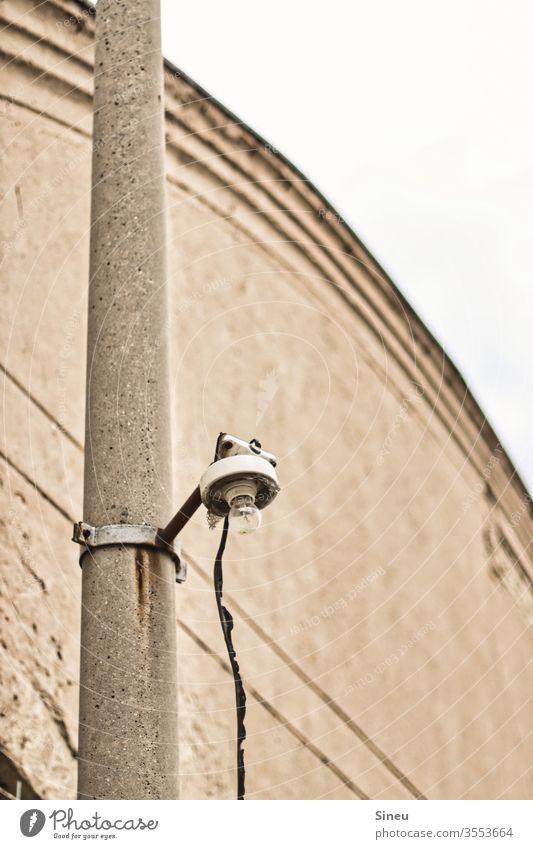 Einsame Laterne auf Betonpfahl einsame Laterne Glühbirne Kabel strömen Stromversorgung Licht Industriebetrieb Industriefotografie Industriegelände Fabrikgelände