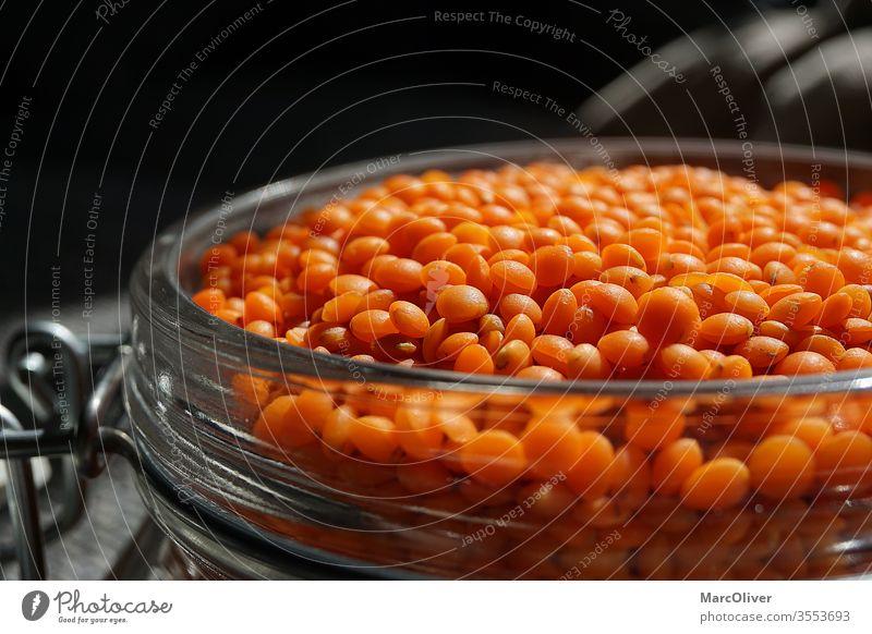 Rote Linsen in einem Glas rote Linsen Linsen aus Glas Lebensmittel Vegetarische Ernährung Farbfoto Bioprodukte Vegane Ernährung Diät Studioaufnahme Design