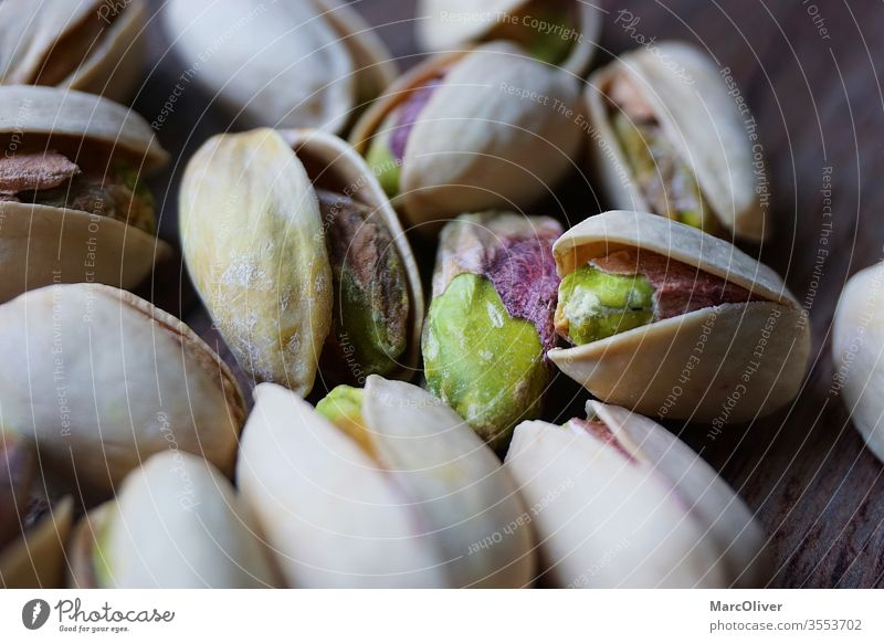 Pistazien mit Schale Pistazien mit Muscheln Pistazienschalen Pistazie mit Schale Nut Lebensmittel Snack Muttern Gesundheit Samen gesalzen Panzer Haufen Frucht