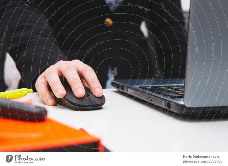 weibliche Hand auf der Maus, die am Laptop arbeitet, Nahaufnahme mit Notizen im Heimbüro, Fernarbeit finanziell Kontor Buchhaltung Blogger Business
