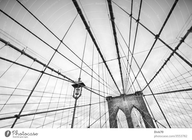 Brooklyn Bridge, schwarz-weiß Brücke Hängebrücke Seile New York City Außenaufnahme Stadt USA Sehenswürdigkeit Manhattan Wahrzeichen Architektur