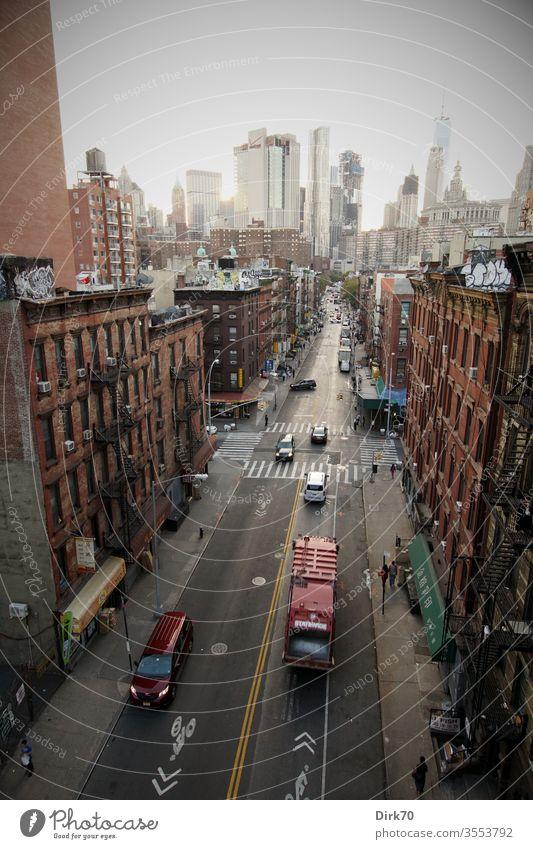 800: Blick von der Manhattan Bridge entlang Madison Street Richtung World Trade Center New York City New York State Stadt USA Skyline Hochhaus Amerika