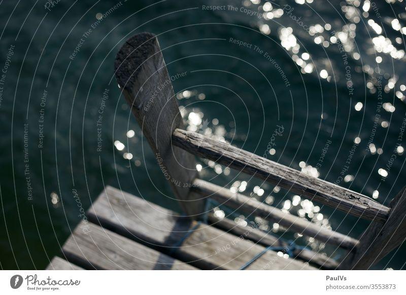 Leiter in den See am Steg am Mondsee im Salzkammergut Wasser Badesee nass Sommerurlaub Holzleiter Sprung ins Wasser Badespass Badeurlaub Oberösterreich Natur
