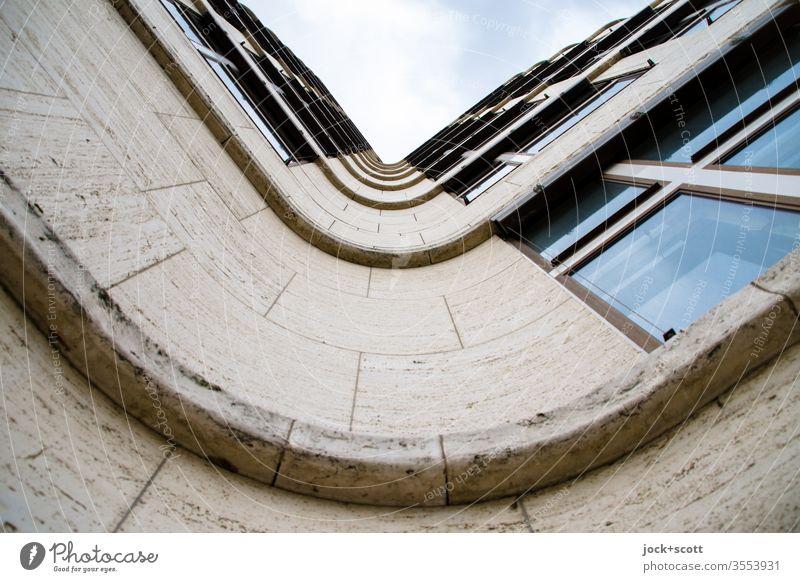 Fassade mit Schwung geschwungen Architekturfotografie Froschperspektive Strukturen & Formen Gebäude Fenster Fassadenverkleidung Wellenform Symmetrie Stil