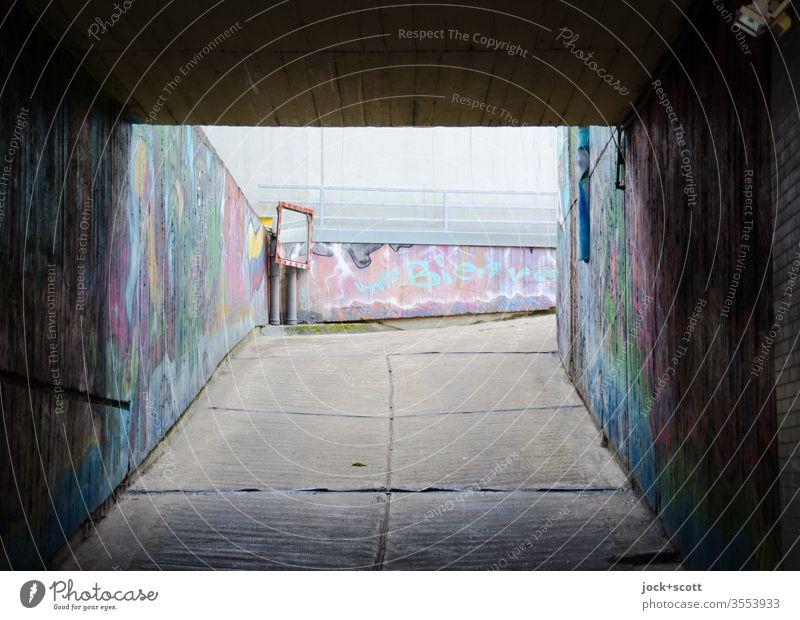 Garagenverordnung § 3 GaVO parkgarage Beton Tristesse Unterführung Tiefgarage Verkehrswege Parkhaus Ausfahrt Einfahrt Verkehrssicherheit Straßenkunst