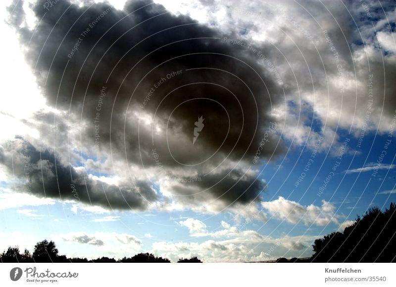 Dunkle Wolken I dunkel Himmel blau
