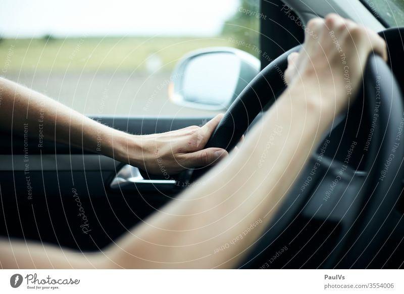 Autofahren Hände am Lenkrad Autofahrt. Dunkel lenken autobahn Konzentration reise roadtrip PKW Fahrer Verkehr Freiheit Innenaufnahme Mann Fahrzeug Ausflug Frau