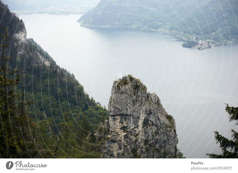 Alpensee Blick über Hoisen nach Traunkirchen am Traunsee in Oberösterreich Salzkammergut Salzkammergutseen Traunstein Traunseeufer Traunseeblick See Ostalpen