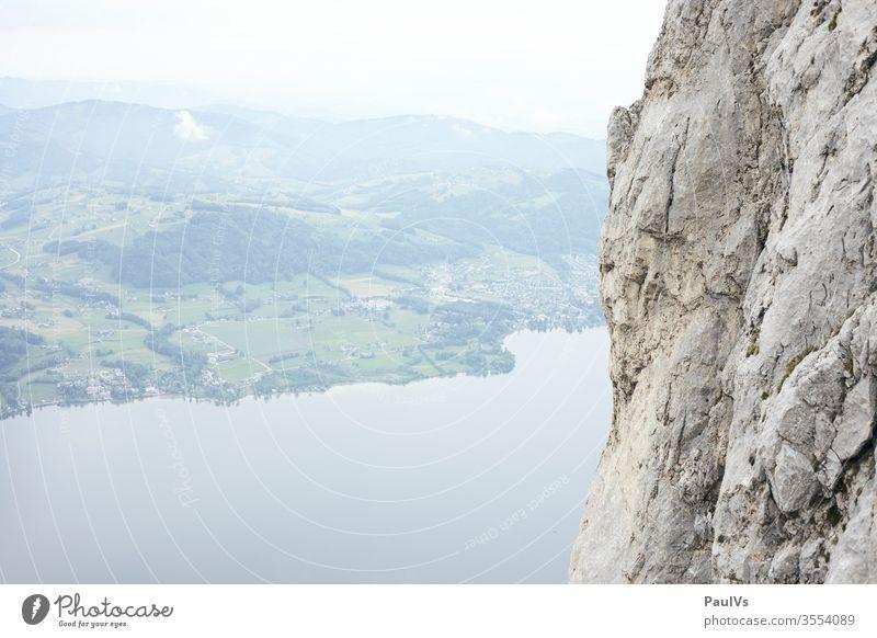 Felswand neben See im Salzkammergut Österreich Traunstein Salzkammergutsee Traunsee Gmunden Oberösterreich Alpenvorland Ostalpen Klettern Alpin