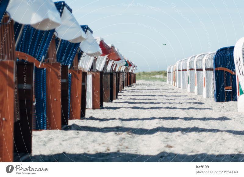 Strandkörbe in Reihe warten auf die Gäste Strandkorb Meer Strandkorbvermietung Lockdown Leerstand leerstehend Ostsee Ferien & Urlaub & Reisen Sand Küste