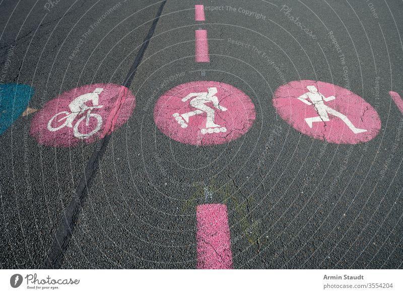 rote Straßenmarkierung für Fahrräder, Skater und Jogger Sport Zeichen Fahrrad Ikon Symbole & Metaphern Hintergrund Vorsicht Zyklus Regie Laufwerk Hobby