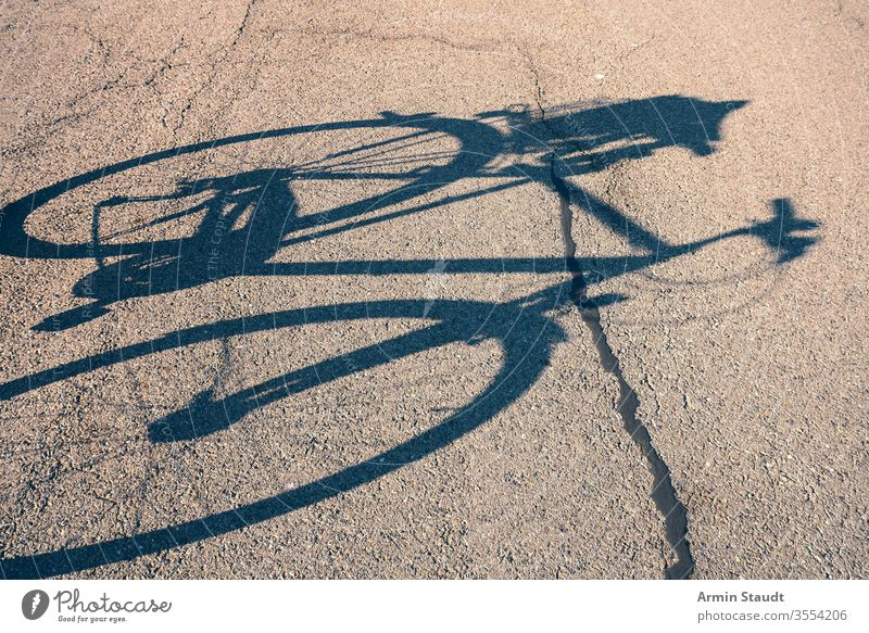 Schatten eines Fahrrads auf der Straße Fahrradfahren im Freien Radfahren Aktivität Lifestyle Asphalt Großstadt Zyklus Freizeit Natur außerhalb Pedal Silhouette