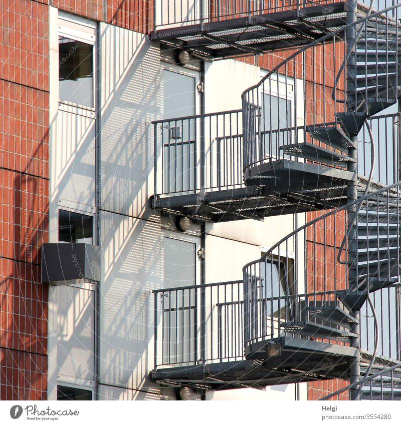 Metalltreppe an einer Fassade mit Licht und Schatten Wand Treppe Treppenstufen Geländer Fenster Tür Mauer Menschenleer Gebäude Architektur Treppengeländer