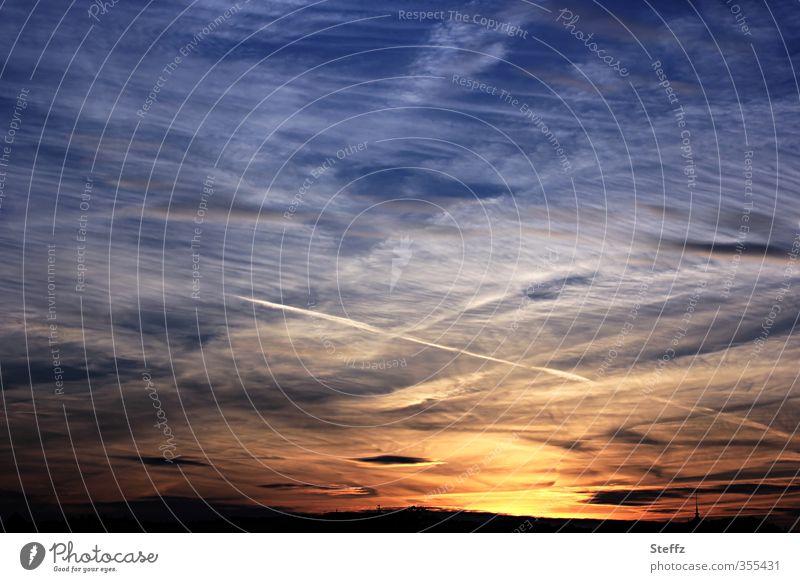 sommerliche Abendruhe Abendstille Abendhimmel Sehnsucht Himmelsszene Abendlicht Abendsonne Kondensstreifen Abendrot Sommerabend Wolkenhimmel Abendstimmung