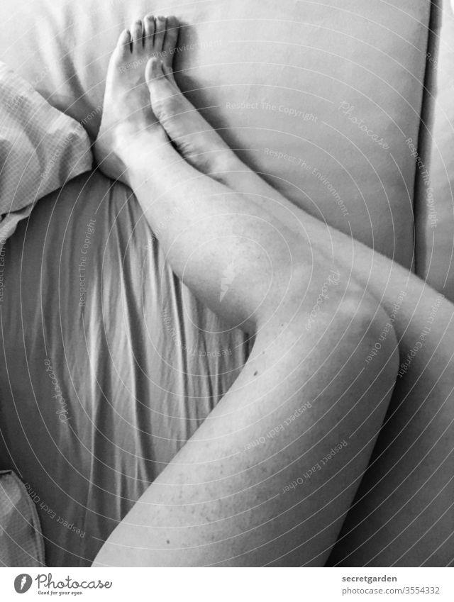 Den längsten Tag im Jahr kann man auch im Bett verbringen. Beine nackt Nackte Haut Füße Bettlaken Bettwäsche Frau Schwarzweißfoto Faltenwurf Scham