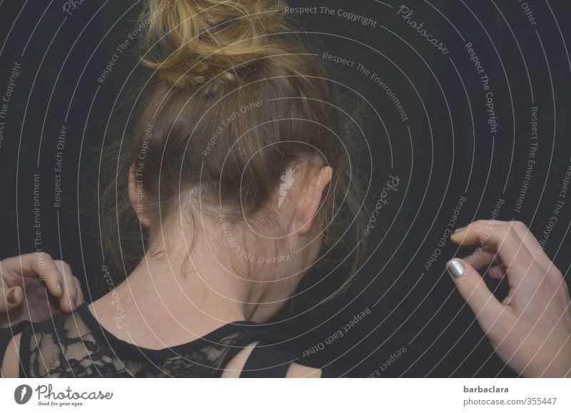 Bin ich schön? feminin Frau Erwachsene 1 Mensch 18-30 Jahre Jugendliche Stoff Spitze Top Nagellack Haare & Frisuren blond langhaarig Locken Zopf Bewegung stehen