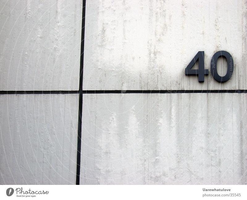 40+ Wand weiß schwarz Ziffern & Zahlen Hausnummer Architektur Linie Rücken