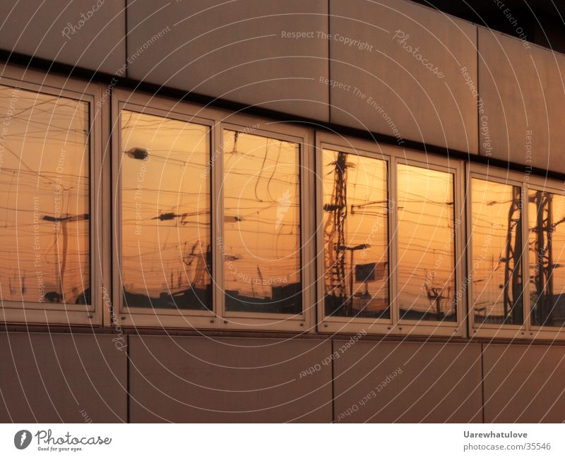 Sonne Fenster Ferne Spiegel Sonnenuntergang Elektrizität rot gelb Gebäude Wissenschaften Energiewirtschaft Bahnhof