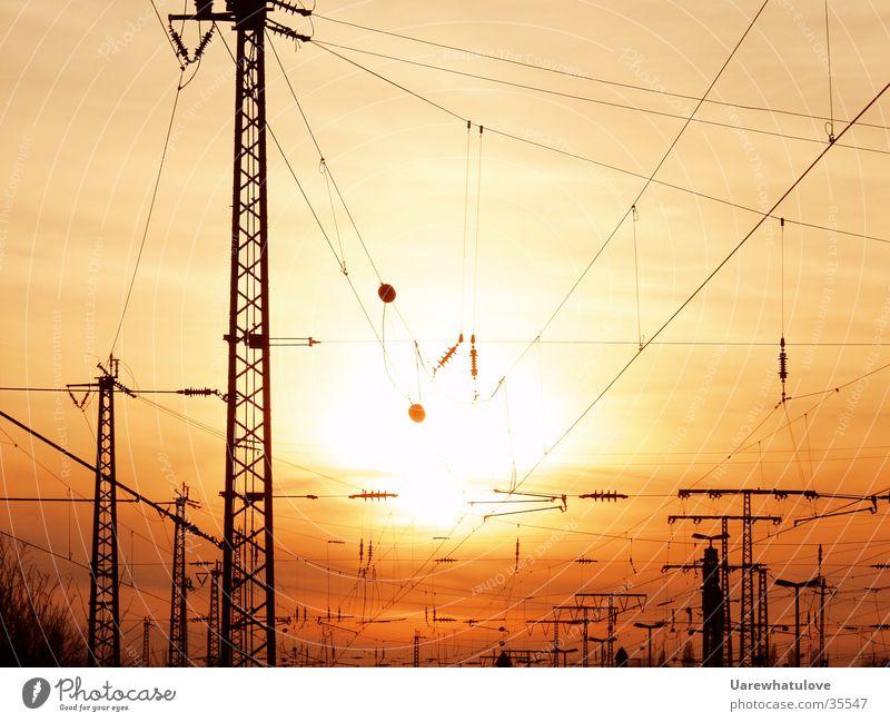 Energiezeitalter Sonne rot gelb Verkehr Energiewirtschaft Elektrizität Kabel Netz Strommast Bahnhof Umweltverschmutzung Wirtschaft