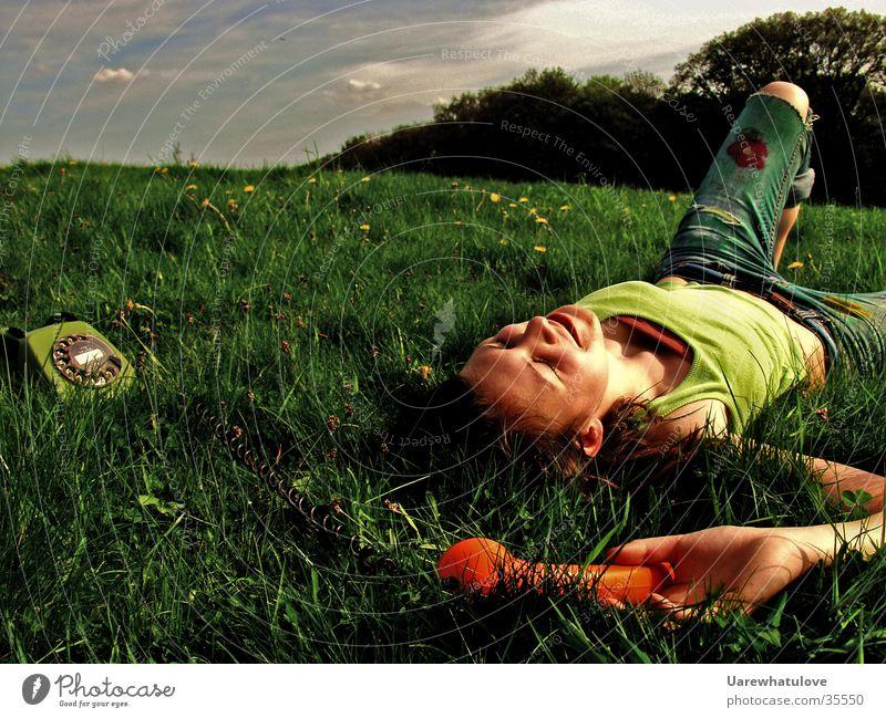 Disconnect Yourself to the Natur Wiese Telefon Unbeschwertheit spontan Stil Fröhlichkeit Frau Freiheit Bodenbelag lachen