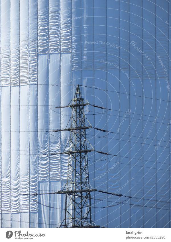 Nahaufnahme des verhüllten Gasometers in Oberhausen, davor ein Freileitungsmast Industrie Verhüllt Außenaufnahme Bauwerk industriell Industrieanlage Gebäude Tag