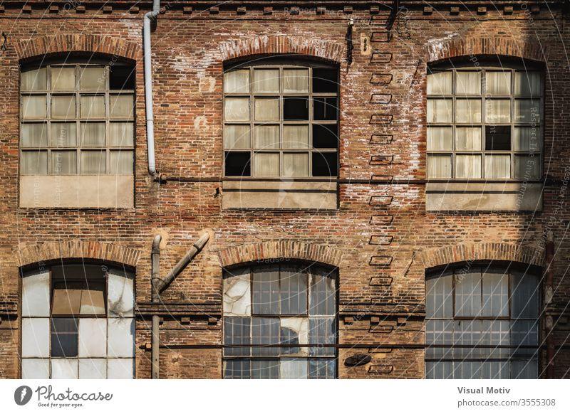 Fenster einer alten Textilfabrik im Nachmittagslicht Gebäude Fassade Fabrik Industrie Architektur architektonisch urban Metropolitan konstruiert Struktur erbaut