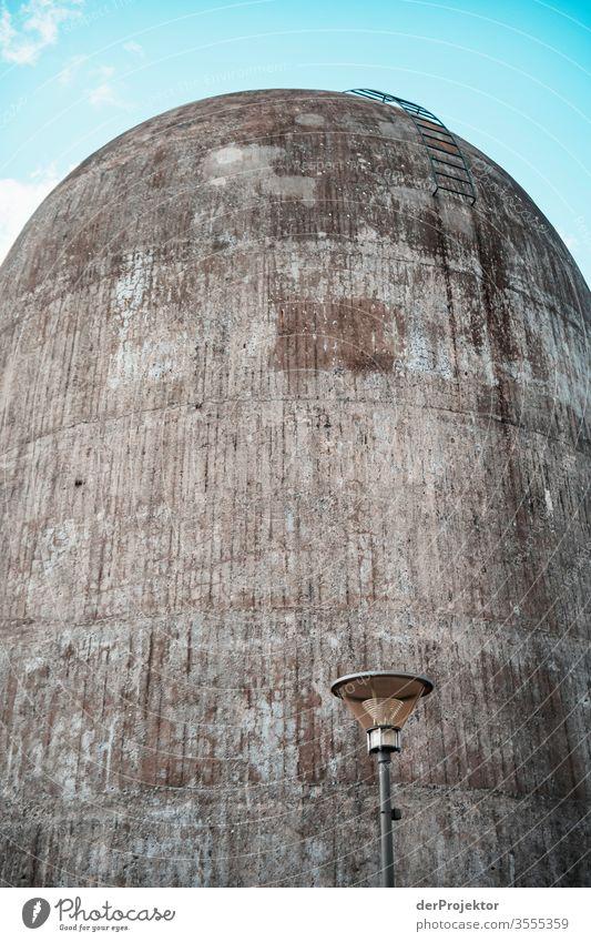 Laterne vor Betonwand eines Trudelturms struktur Experiment Licht Tag Textfreiraum Mitte Textfreiraum oben Außenaufnahme Farbfoto Berlin bedrohlich