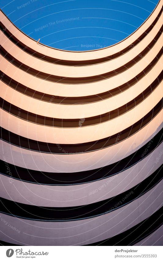 Instagram-Architekurfotografie in Berlin Zentralperspektive Spiegelbild mehrfarbig Außenaufnahme Morgendämmerung Totale Sonnenlicht Licht Textfreiraum rechts