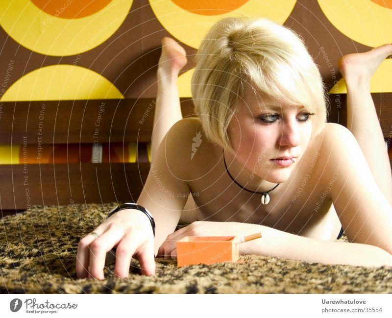 Hrrrr aufgeregte Langeweile Frau Erotik nackt Stil blond Bett Wildtier Decke Siebziger Jahre Leopard aufregend Aschenbecher Katze
