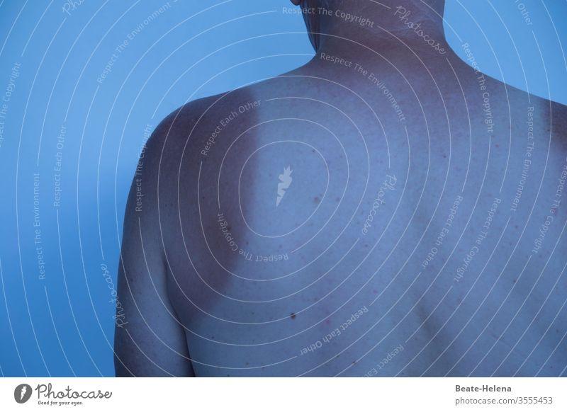 summertime - nackter Mann mit gebräunter Haut außerhalb des Unterhemds gbräunz Oberkörper Mensch Brust Körper Erwachsene Bauch Arme Sonnen-Tätoo Licht dünn