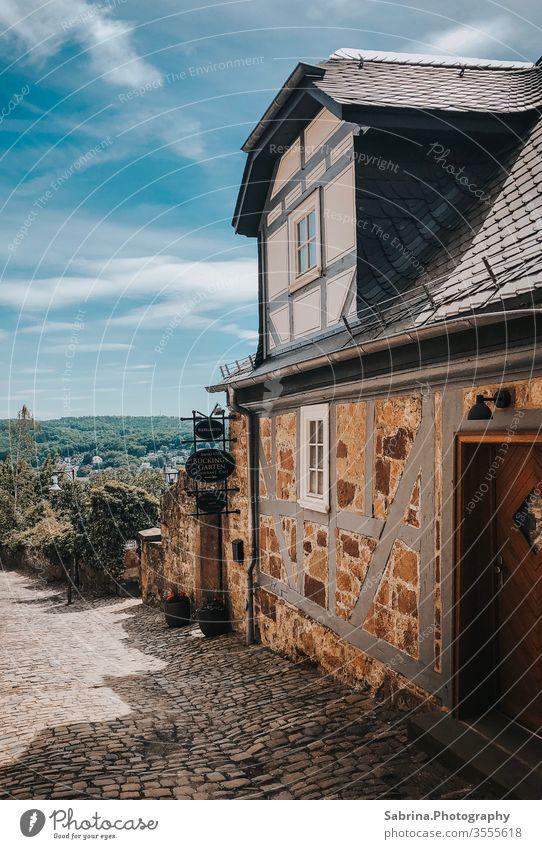 Restauriertes Fachwerkhaus in Marburg in der Nähe des Marburger Schlosses, Deutschland Europa Menschenleer Hessen Außenaufnahme Farbfoto Stadt Architektur