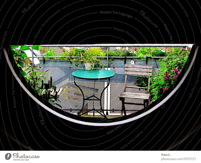 Dachterrasse mit Blumen und Kräutern im Halbkreis. Balkon Sommer Pflanze Farbfoto Außenaufnahme Blumenkästen Klappstuhl Tisch Balkonpflanze Menschenleer Haus