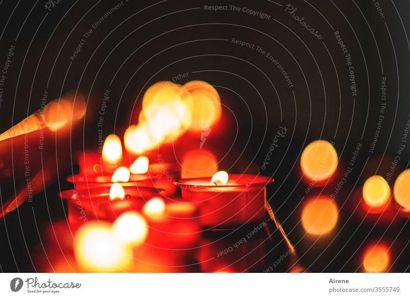 mehr Licht | im Dunkeln Kerzen Kerzenschein Kerzenflamme leuchten Hoffnung Religion & Glaube rot gold schwarz brennen Gebet Kapelle Kirche beten Kerzenlicht