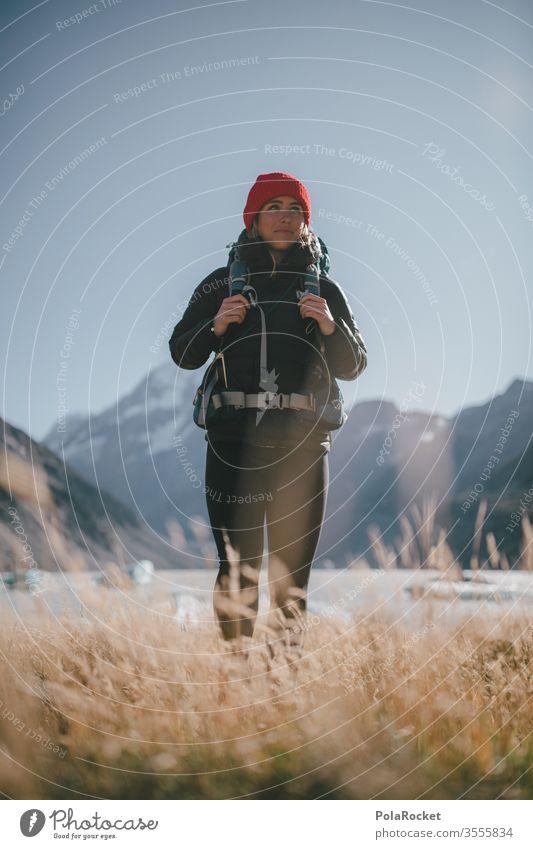 #As# Frau an See am Stehen Ausflug Bergkette Abenteuer Umwelt Verschlussdeckel Mützenmädchen Farbfoto Autoreise Reisefotografie reisen Ausflugsziel Reiseroute
