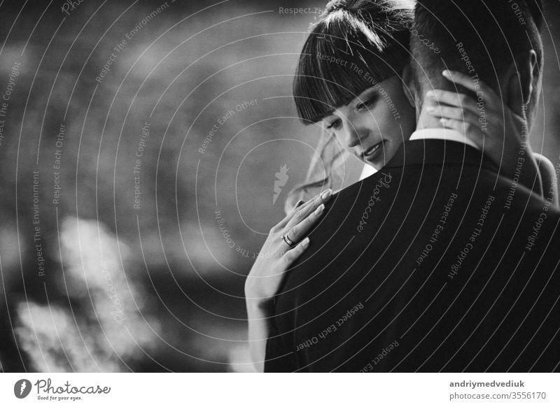 Rauschen und Körnigkeit auf dem Foto. Schwarzweiß-Fotosilhouette der jungen Braut und des Bräutigams. Hochzeitstag. striegeln Tag Fröhlichkeit Liebe Glück