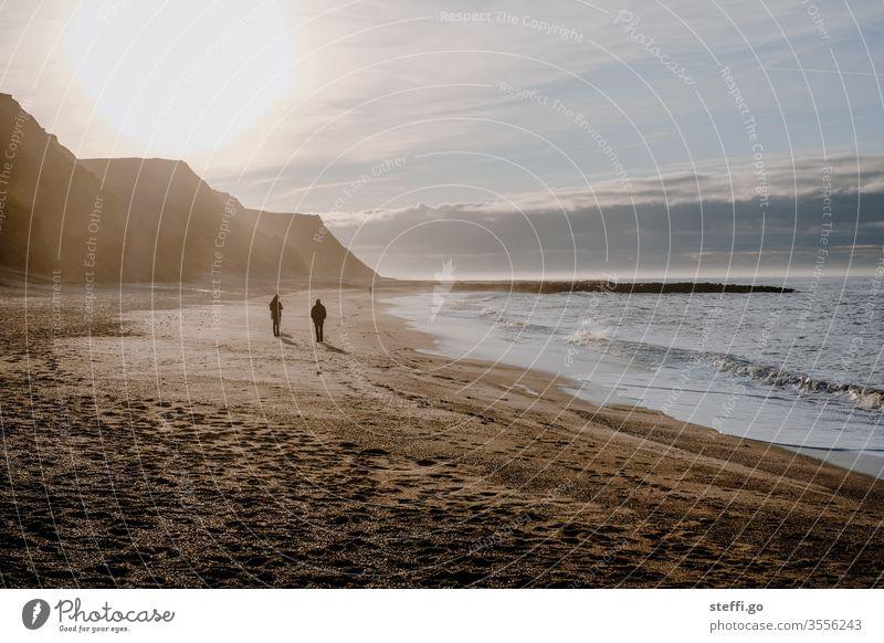 Menschen an der Küste von Bovbjerg in Dänemark bei Gegenlicht Skandinavien Europa Felsen Felsküste Steilküste Klippen Strand Ferne Horizont weite Spaziergang