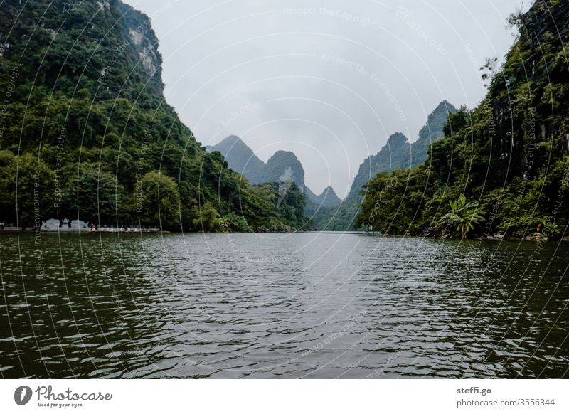 Wasserlandschaft zwischen Bergen und Felsen in Ninh Binh, Vietnam Karst Karstlandschaft Karstberge trockene Halongbucht Trockene Halong-Bucht Berge u. Gebirge