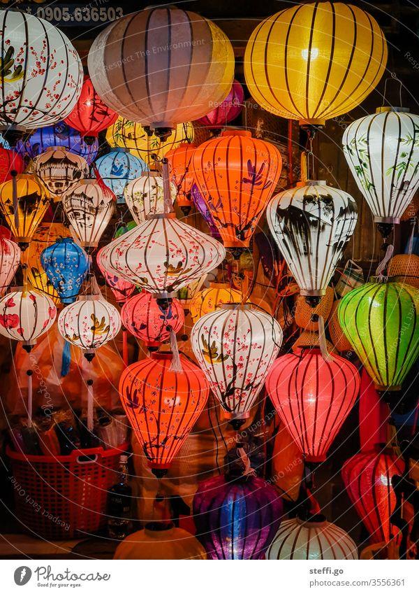 traditionelle bunte Laternen in Hoi An, Vietnam bei Nacht Asien asiatisch Lampion kaufen geschäft Farbfoto Außenaufnahme Ferien & Urlaub & Reisen Menschenleer